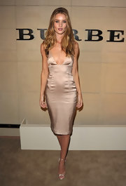 Rosie Huntington-Whiteley topped off her figure-flattering cocktail dress with sexy metallic strappy sandals.