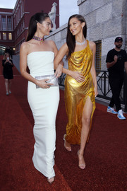 Lily Aldridge styled her dress with a silver envelope clutch.