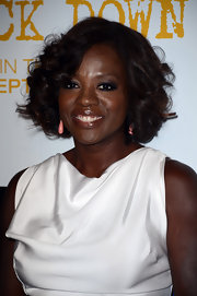 Viola Davis added the slightest pop of color to her light look with these flamingo pink earrings.
