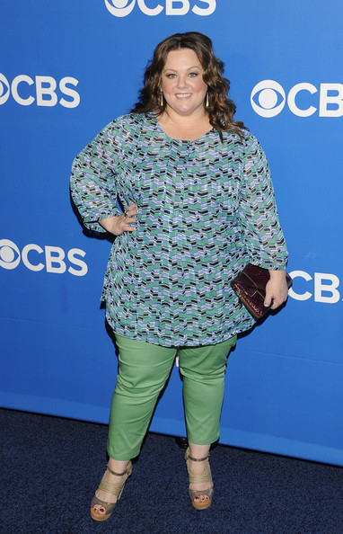 Melissa McCarthy looked chic in a colorful tunic and trousers combo with cool strappy heeled sandals.