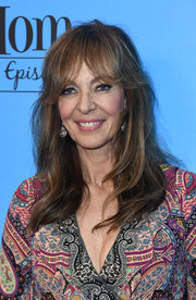 Allison Janney sported loose, subtle waves with flippy bangs at the 'Mom' 100 episodes celebration.