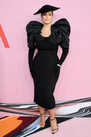 Ashley Graham turned heads in a form-fitting Christian Siriano LBD with statement shoulders at the 2019 CFDA Fashion Awards.