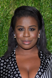 Uzo Aduba wore her hair down to her shoulders with a deep side part and a pompadour top at the CFDA/Vogue Fashion Fund 15th anniversary event.