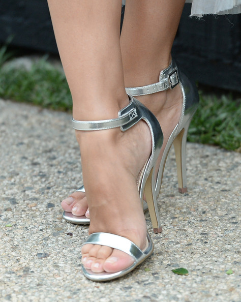 Rachel Bilson accentuated her lovely flowing frock with a super simple but elegant pair of silver sandals.