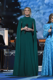 Jennifer Nettles looked regal in a caped green gown while performing at the CMA 2016 Country Christmas.