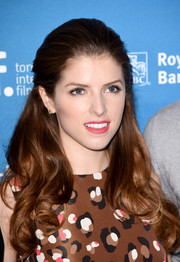 Anna Kendrick wore her hair in a lovely half-up style with curly ends during the 'Cake' press conference.