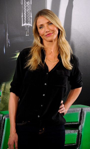 Actress Cameron Diaz attended a photo call for her new film 'The Green Hornet' wearing  an 18-karat gold Aladdin chain necklace.