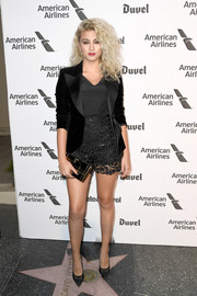 Tori Kelly topped off her outfit with a fitted black velvet jacket.