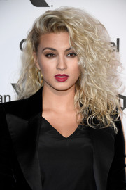 Tori Kelly was rocker-glam at the Capitol Records 75th anniversary gala wearing this teased, half-pinned 'do.
