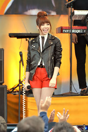 Carly wore a pair of red leather dress shorts for her on-stage look.