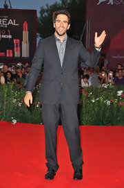 Eli Roth looked smart in a monochromatic ensemble consisting of a charcoal suit and gray button-down shirt.