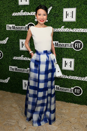 Chiu-Ti Jansen styled her top with a stylish blue and white grid-print maxi skirt.