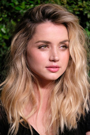 For her beauty look, Ana de Armas paired pink lipstick with barely-there eye makeup.