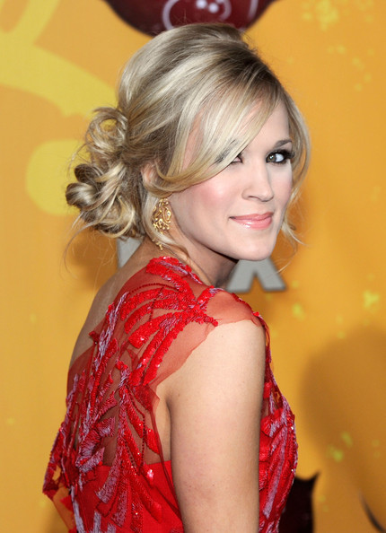 carrie underwood updos 2010. Singer Carrie Underwood arrives at the American Country Awards 2010 held at