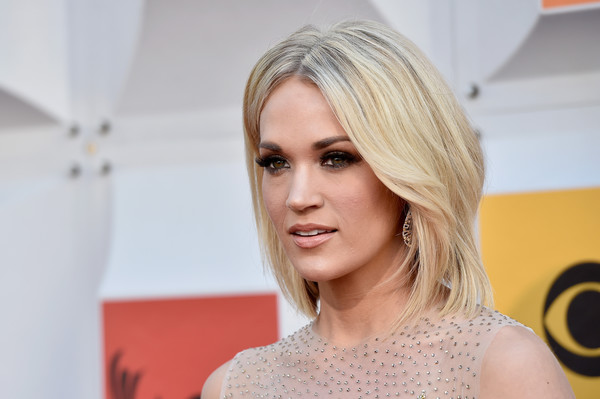 Carrie Underwood Medium Layered Cut Carrie Underwood Shoulder Length Hairstyles Lookbook Stylebistro