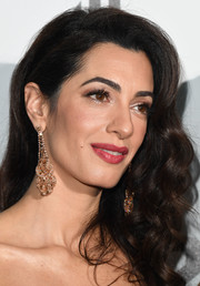 Amal Clooney added extra glamour with a pair of dangling diamond earrings.