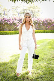Sailor Brinkley Cook styled her outfit with a black chain-strap bag.