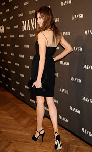 Elettra Wiedemann complemented her LBD with a black velvet clutch for total elegance at the Mango new collection presentation.