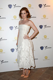 Amy stunned in a classic white strapless dress that featured a cutout lace hem.
