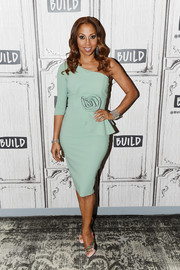 Holly Robinson Peete looked very refined in a mint-green one-shoulder dress by Chiara Boni La Petite Robe while visiting Build.