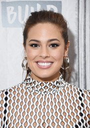 Ashley Graham paired her casual 'do with chunky gold hoops.
