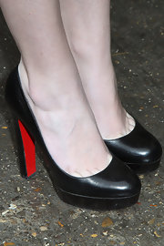 Hailee Steinfeld gave herself a boost in a pair of classic black Christian Louboutin pumps.