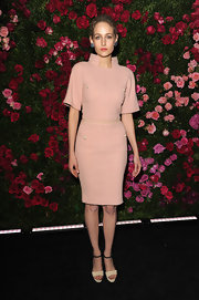 Leelee Sobieski channeled a '60s stewardess in this pale pink knit dress.