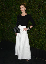 Annabelle Wallis topped off her ensemble with a sophisticated striped chain-strap bag.