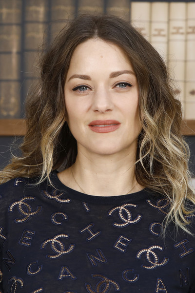 Marion Cotillard wore her hair in ombre waves at the Chanel Couture Fall 2019 show.