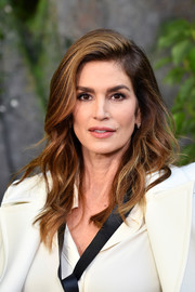 Cindy Crawford sported loose waves with a deep side part when she attended the Chanel Spring 2018 show.