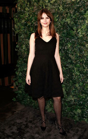 Felicity Jones complemented her frock with a pair of black cross-strap pumps.