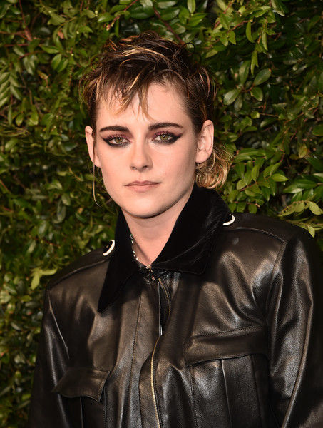 Kristen Stewart combined purple eyeshadow with heavy winged black liner for her edgy beauty look.