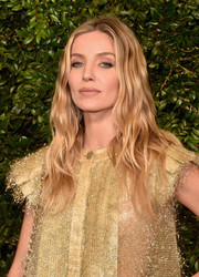 Annabelle Wallis wore her hair down in piecey waves at the Charles Finch and Chanel pre-Oscar dinner.