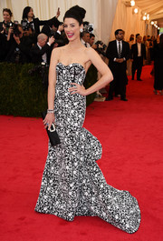 Jessica Pare complemented her gown with an elegant black satin clutch by Roger Vivier.