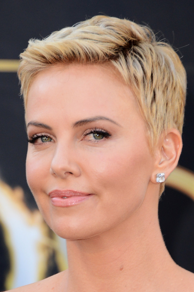 Charlize Theron S Bottle Blond Pixie Exuded Modern Femininity At The 2017 Oscars