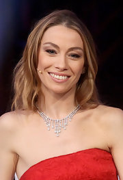Eleonora Abbagnato added a simple accessory to her outfit by wearing a fabulous chandelier diamond necklace.