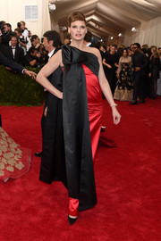 Linda Evangelista attended the Met Gala looking vintage-glam in a red and black Moschino one-shoulder gown adorned with a huge bow.