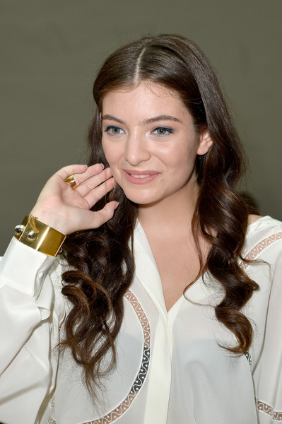 Lorde showed off a chic gold cuff at the Chloe fashion show.
