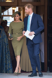 Meghan Markle matched her dress with a pair of olive-green suede pumps by Manolo Blahnik.