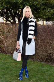 Elisabeth von Thurn und Taxis finished off her ensemble with a quilted purse.