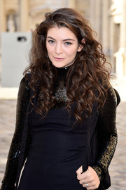 Lorde looked simply lovely with her long, thick curls at the Christian Dior fashion show.