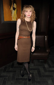 Courtney love is looking ultra tiny in this belted brown knee length sheath dress.
