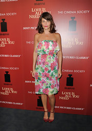 A strapless tropical print frock gave Helena Christensen a fun and flirty evening look.