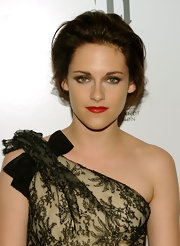 Kristen looked very sophisticated in a loose bun while hitting the red carpet in New York.