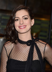 Anne Hathaway wore her shoulder-length waves swept to the side while attending a screening of 'The Intern.'