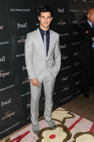 Taylor showed off his sleek side while walking the red carpet at the screening of 'Twilight'.