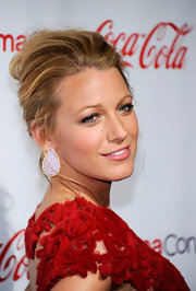 Blake Lively attended the CinemaCon Awards with a relaxed updo. She upped the ante of her look with tear drop decorative earrings.