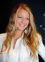 Blake Lively opted for a relaxed hairstyle at the CinemaCon Awards with a loosely pinned half up hairstyle.