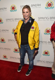 Black leather sneakers sealed off Julie Bowen's relaxed look.
