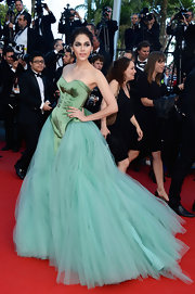 Araya A. Hargate looked simply gorgeous in the corset-style green number that featured a full princess skirt.